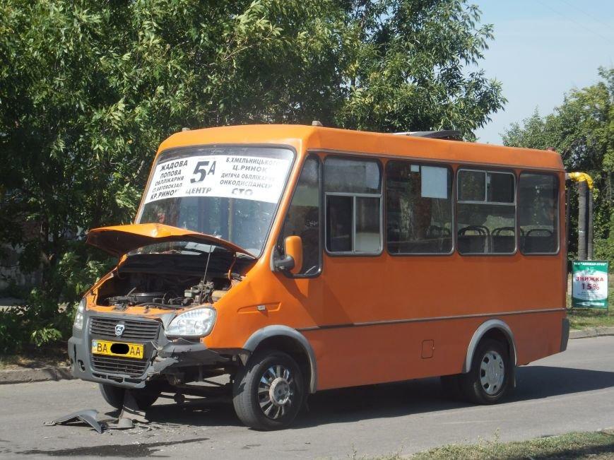 В Кировограде микроавтобус протаранил маршрутку и скрылся с места происшествия. ФОТО (фото) - фото 1