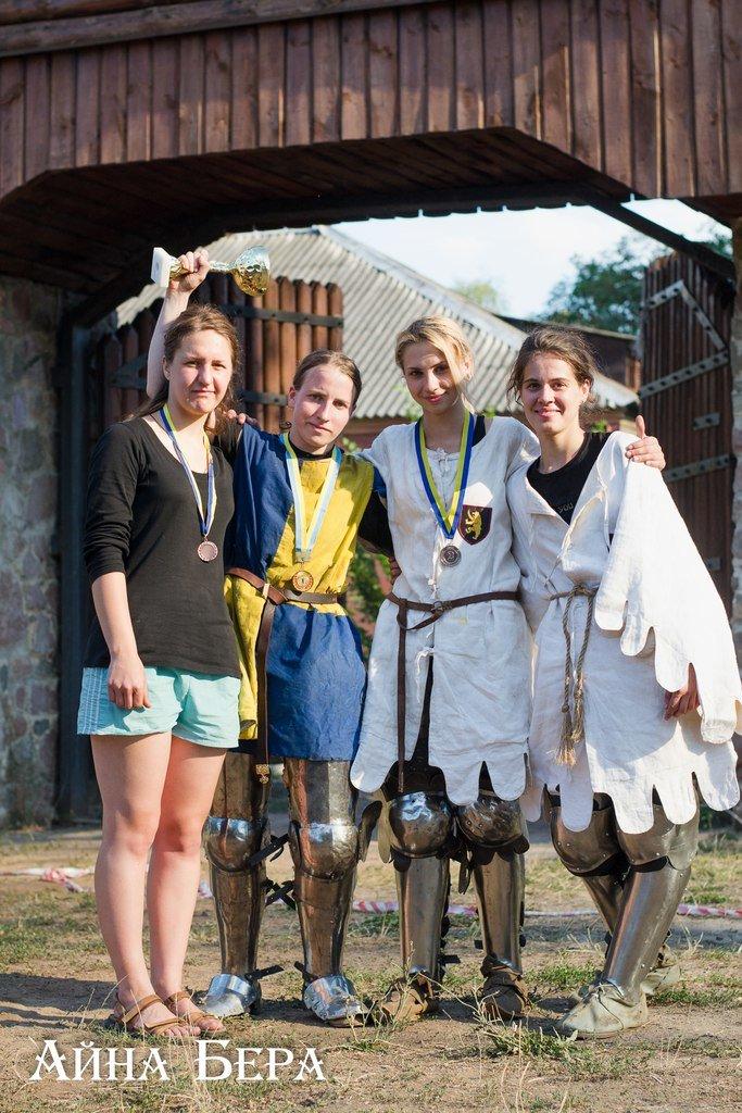 В Коростене сражались девушки в рыцарских доспехах. ФОТО (фото) - фото 1