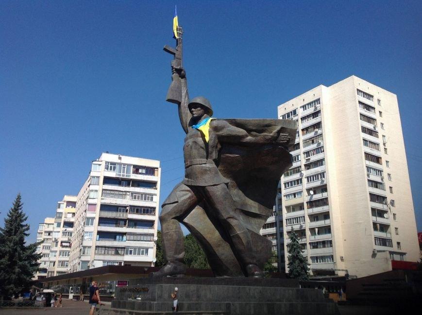 Харьковские коммунальщики отмыли памятник Воину-освободителю (ФОТО) (фото) - фото 1