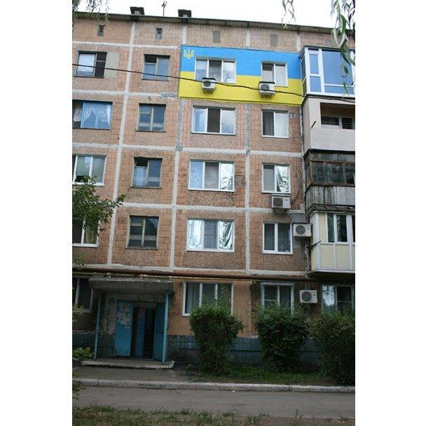 В Донецке утеплили квартиру национальным «флагом» Украины (ФОТОФАКТ) (фото) - фото 1