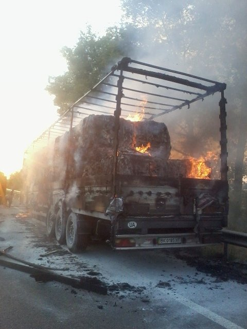На Житомирщині загорівся вантажний причеп з макулатурою (фото) - фото 1