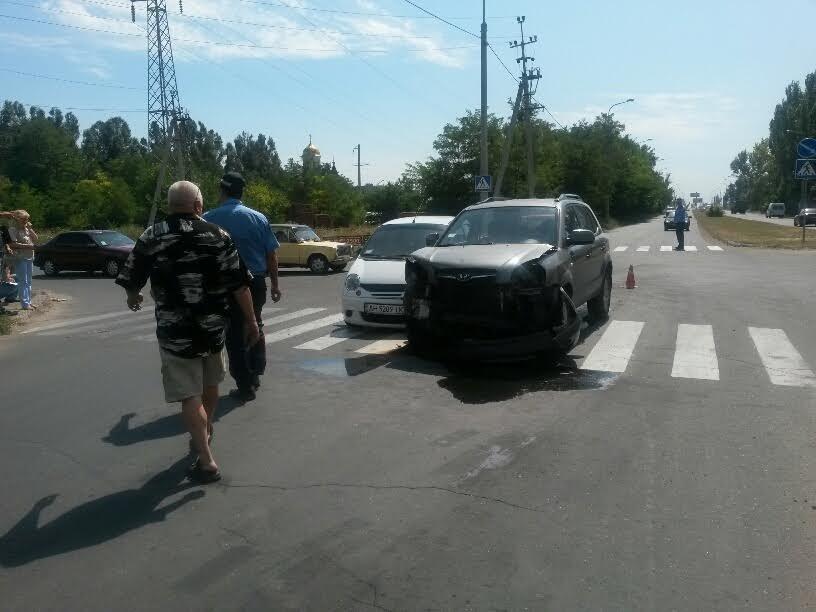 В Мариуполе  на нерегулируемом перекрестке пострадало два водителя  легковушек (фото) - фото 1