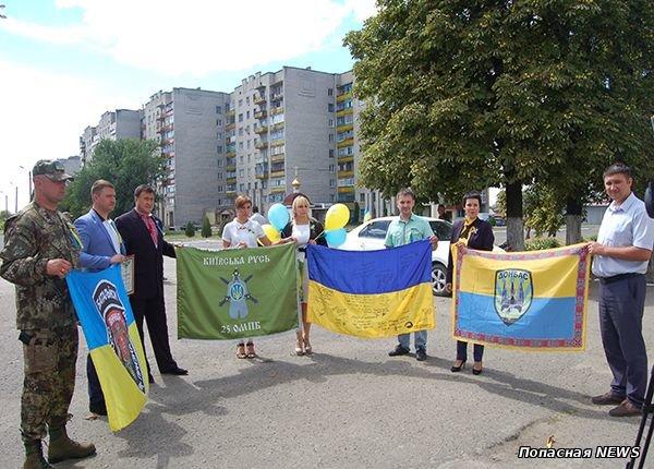 В Луганской области открылась выставка флагов добровольческих батальонов, освобождавших Попасную, фото-3