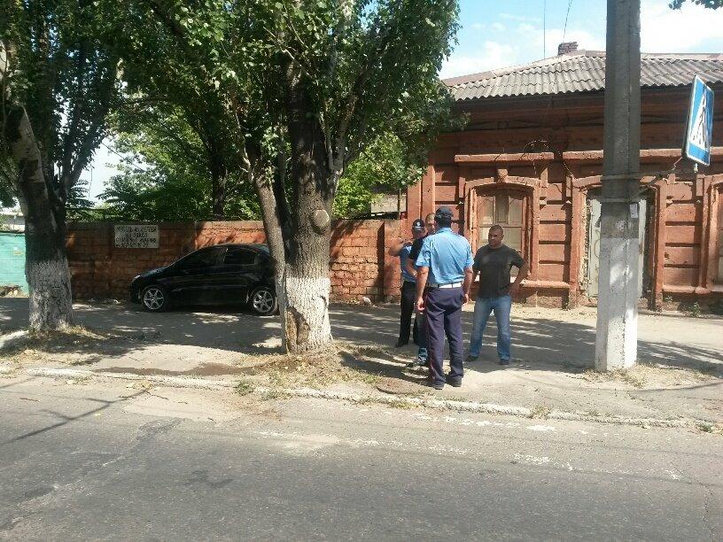 В Мариуполе «копейка» врезалась в дерево. Пострадал водитель (ФОТО), фото-1