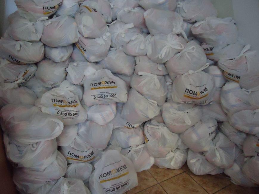 В Красноармейске снова выдают гуманитарную помощь для переселенцев от фонда Рината Ахметова «Поможем» (фото) - фото 4