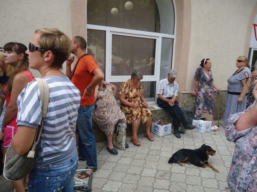 В Красноармейске снова выдают гуманитарную помощь для переселенцев от фонда Рината Ахметова «Поможем» (фото) - фото 2