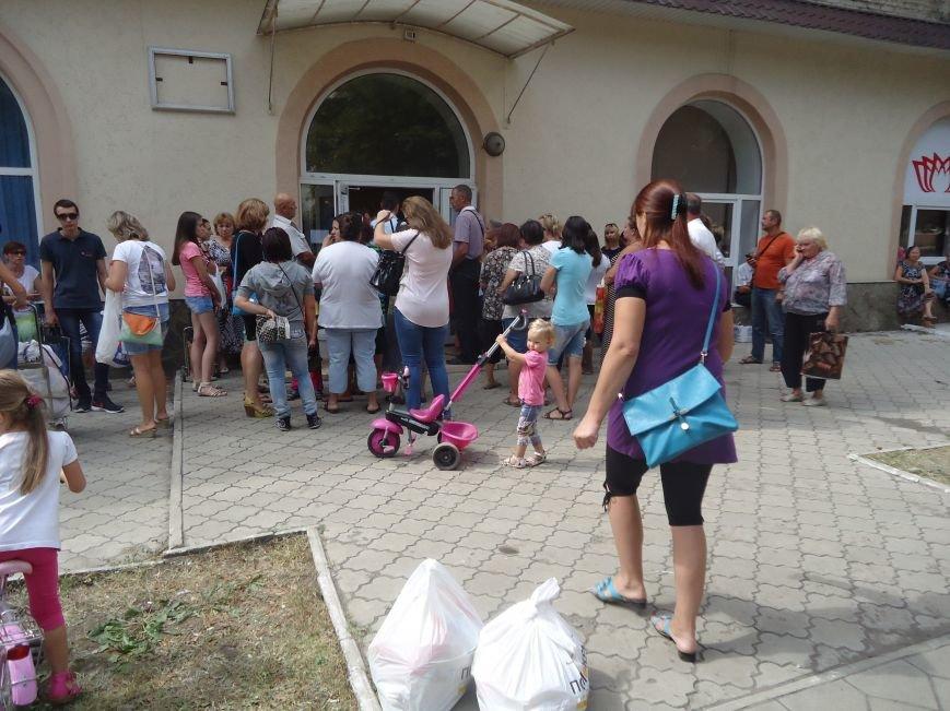 В Красноармейске снова выдают гуманитарную помощь для переселенцев от фонда Рината Ахметова «Поможем» (фото) - фото 1