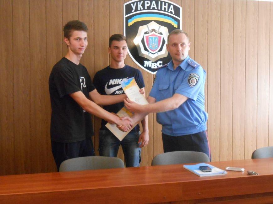 Двое несовершеннолетних днепродзержинцев самостоятельно задержали вора-рецидивиста (фото) - фото 6
