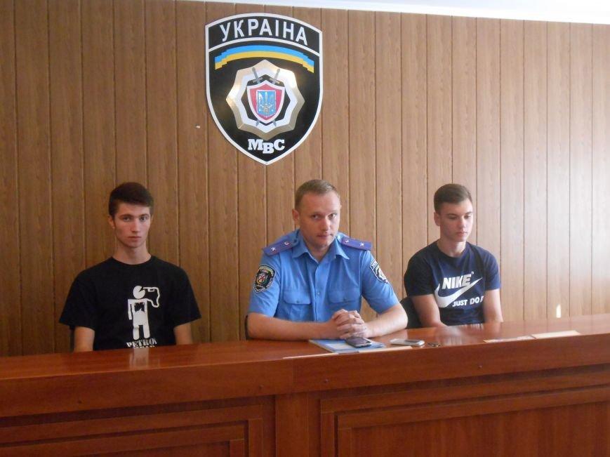 Двое несовершеннолетних днепродзержинцев самостоятельно задержали вора-рецидивиста (фото) - фото 2
