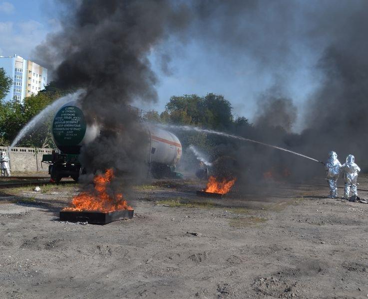 В Ульяновске потушили загоревшуюся цистерну с нефтью (фото) - фото 1