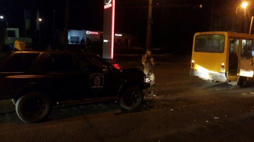 В Кировограде военный внедорожник столкнулся с маршруткой. ФОТО (фото) - фото 1