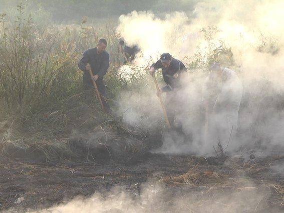 Весь особовий склад Волочиського гарнізону рятувальників підняли на ліквідацію пожежі торфу (Фото) (фото) - фото 2