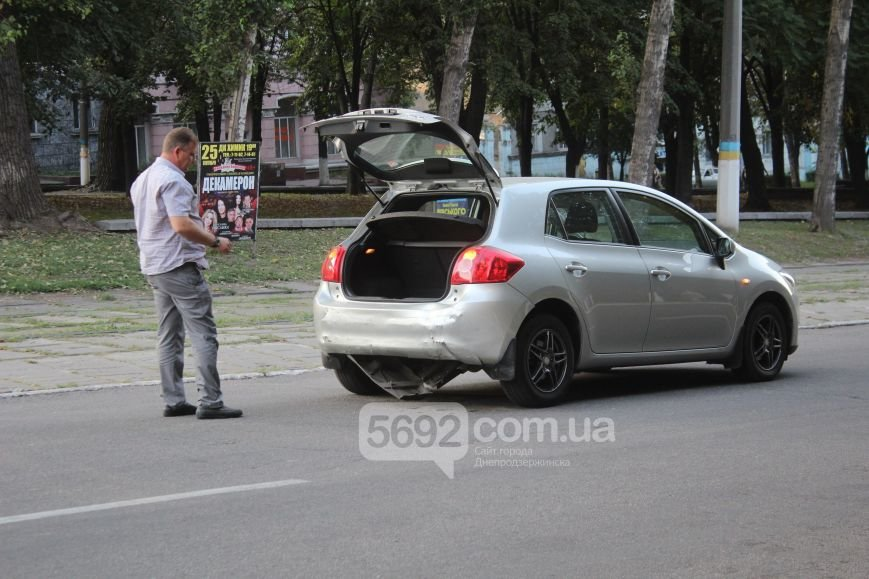 В Днепродзержинске произошло ДТП на проспекте Ленина, пострадал водитель (фото) - фото 2