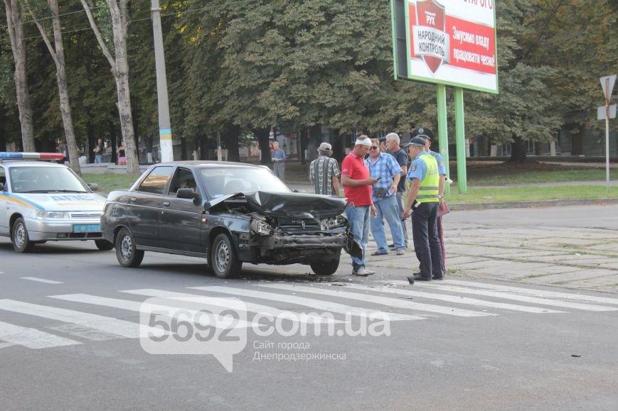 В Днепродзержинске произошло ДТП на проспекте Ленина, пострадал водитель (фото) - фото 3