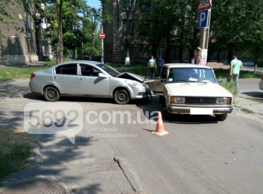 В Днепродзержинске по улице Сачко произошло ДТП (фото) - фото 1
