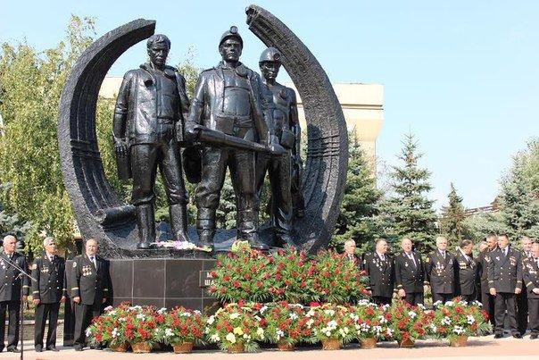 Фотофакт. В Макеевке возложили цветы к Мемориалу подвигу шахтеров (фото) - фото 5