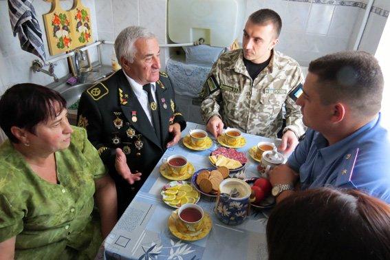 Главный милиционер Красноармейска почтил труд местного шахтера – ветерана (фото) - фото 2