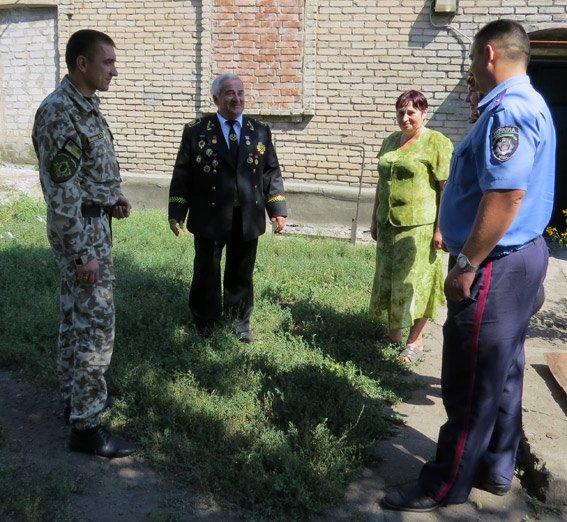 Главный милиционер Красноармейска почтил труд местного шахтера – ветерана (фото) - фото 1