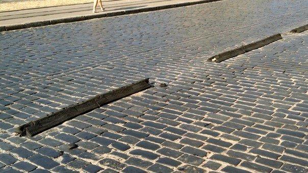 Львівські водії пошкодили делінатор біля Привокзального ринку, вартістю у 114 тис гривень (ФОТО, ВІДЕО) (фото) - фото 1