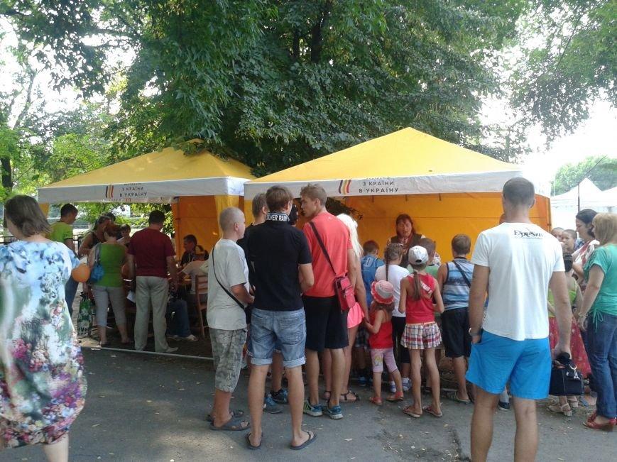 Фестиваль «З країни в Україну» привез в Павлоград народных умельцев, артистов и 150 кг книг, фото-1