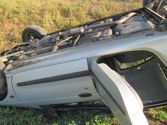 Водій автомобіля, що злетів у кювет,  дивом залишився неушкодженим (фото) - фото 1
