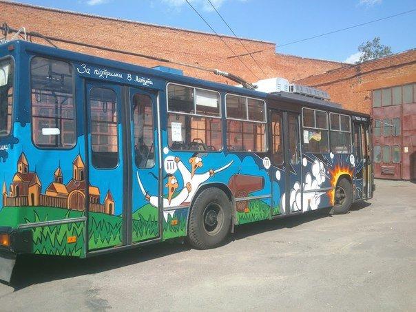 Еще один черниговский троллейбус раскрасили активисты (фото) - фото 1