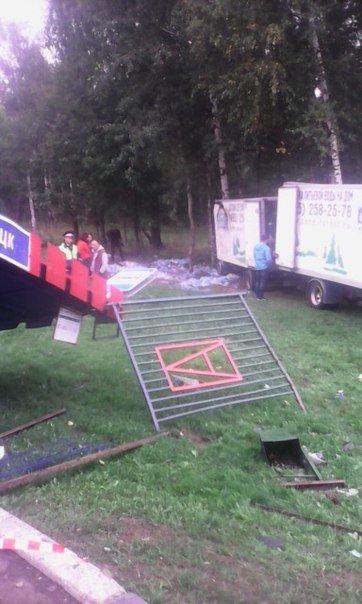 В Троицке на Калужском шоссе в результате наезда автомобиля на остановку погиб человек (фото) - фото 1