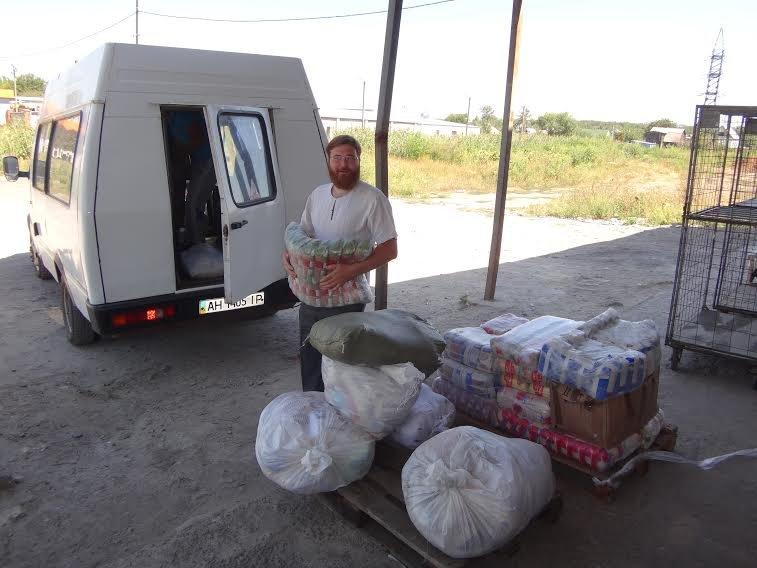 Волонтеры доставили в храм Святой Равноапостольной Марии Магдалины гуманитарную помощь для авдеевцев (фото) - фото 1