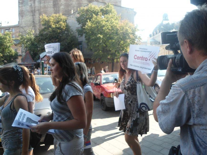 У Львові знову пікетують російський бізнес: цього разу протест влаштували в магазині взуття (ФОТО) (фото) - фото 2