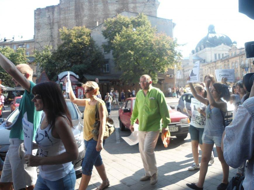 У Львові знову пікетують російський бізнес: цього разу протест влаштували в магазині взуття (ФОТО) (фото) - фото 1