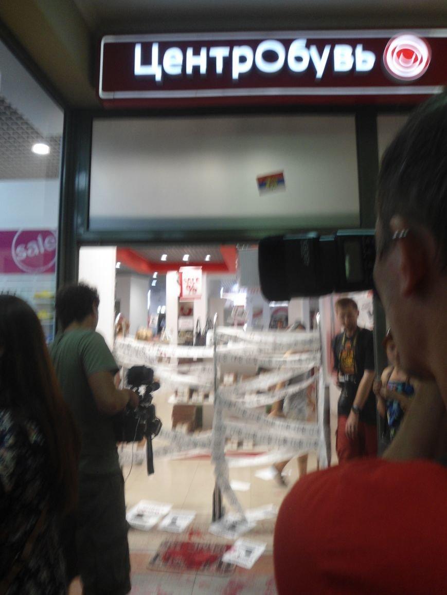 У Львові знову пікетують російський бізнес: цього разу протест влаштували в магазині взуття (ФОТО) (фото) - фото 11