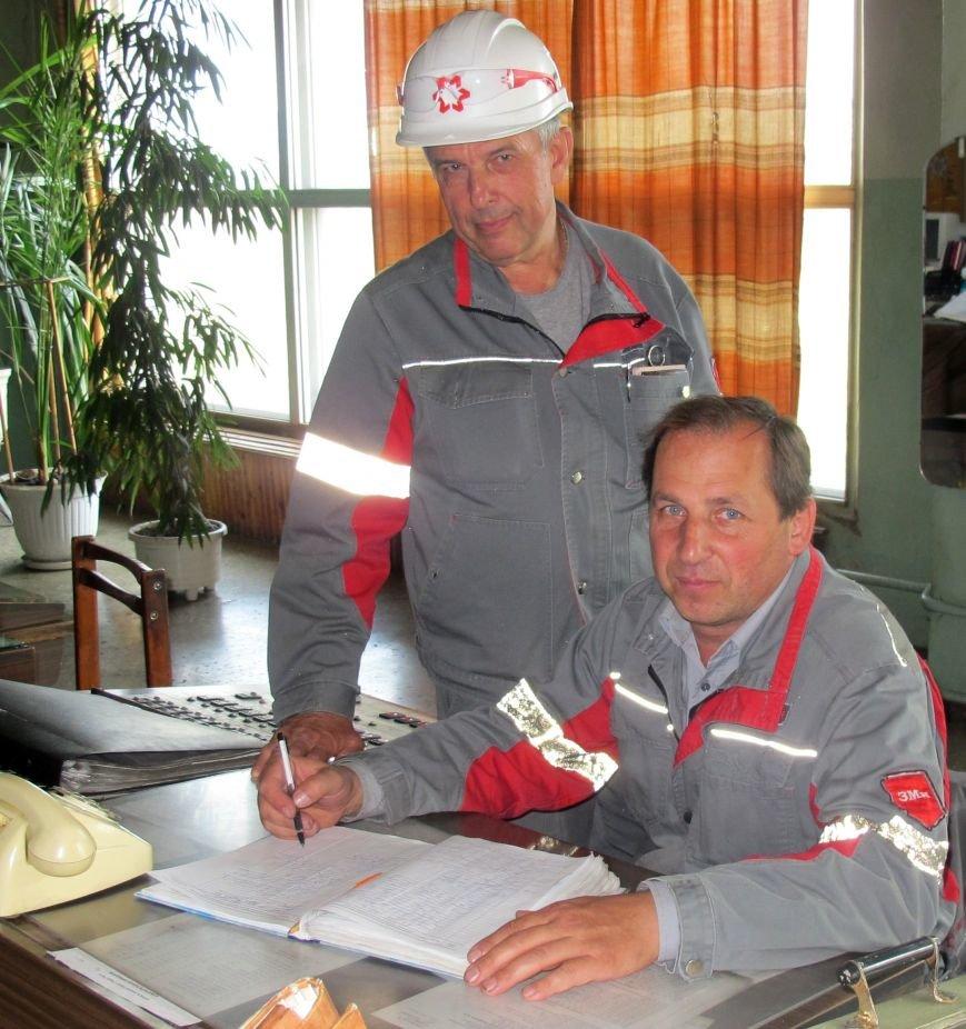 Начальник ЭРЦ Павел Храпко и Вадим Стопченко, старший мастер (сменный) в диспетчерской на ГПП №2.