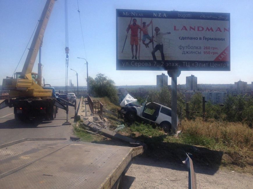 ДТП в Днепропетровске: ВАЗ врезался в электроопору (ФОТО) (фото) - фото 2