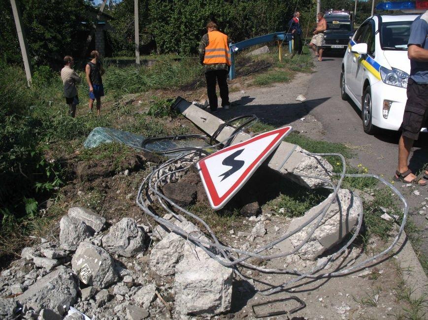 ДТП в Днепропетровске: ВАЗ врезался в электроопору (ФОТО) (фото) - фото 1