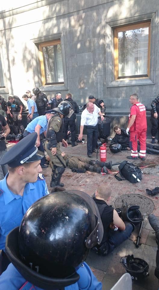 Митингующие начали штурм ВР, взорвали боевую гранату, есть пострадавшие (ДОПОЛНЯЕТСЯ+ФОТО+ВИДЕО), фото-4