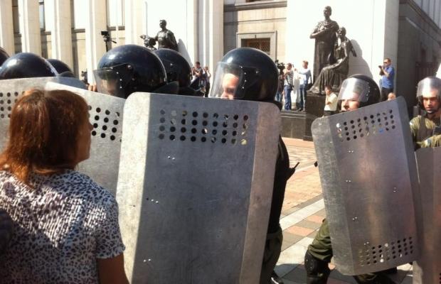 Митингующие начали штурм ВР, взорвали боевую гранату, есть пострадавшие (ДОПОЛНЯЕТСЯ+ФОТО+ВИДЕО), фото-2