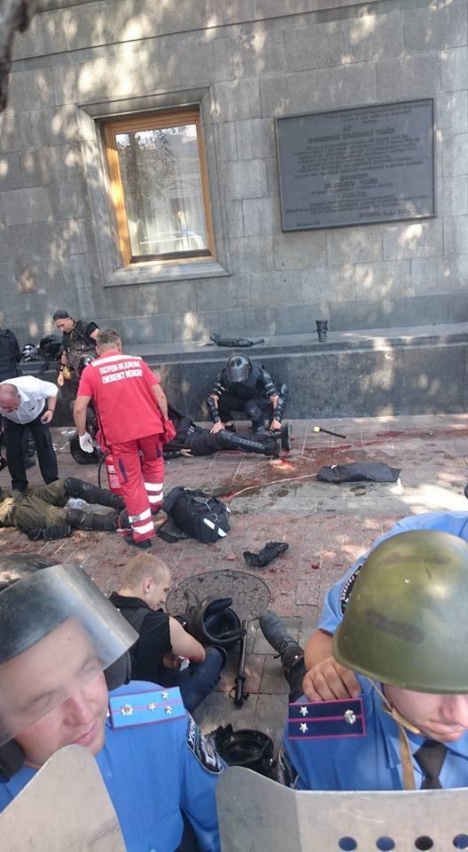 Митингующие начали штурм ВР, взорвали боевую гранату, есть пострадавшие (ДОПОЛНЯЕТСЯ+ФОТО+ВИДЕО), фото-5