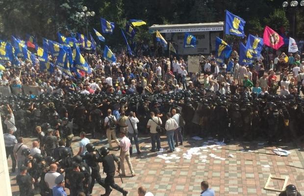 Митингующие начали штурм ВР, взорвали боевую гранату, есть пострадавшие (ДОПОЛНЯЕТСЯ+ФОТО+ВИДЕО), фото-1