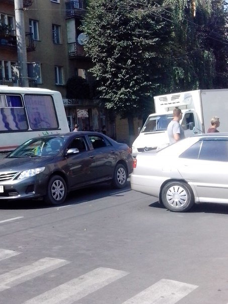 Внаслідок ДТП на вулиці Галицькій утворилися затори (ФОТО) (фото) - фото 1