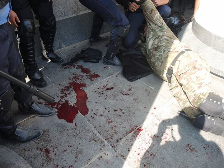 Під Верховною Радою померло двоє правоохоронців, майже 100 поранено (ФОТО) (фото) - фото 1