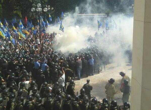 Парламент проголосовал за децентрализацию: последствия масштабная драка, взрывы и пострадавшие (фото) - фото 3