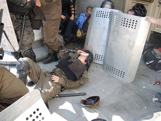 Внаслідок масових безладів у центрі столиці загинув як мінімум  1 боєць Національної Гвардії, близько 90  отримали  поранення (фото) - фото 1