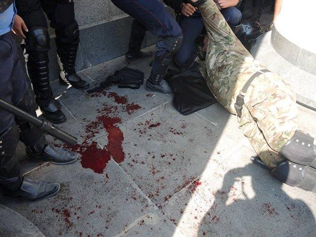 Внаслідок масових безладів у центрі столиці загинув як мінімум  1 боєць Національної Гвардії, близько 90  отримали  поранення (фото) - фото 2