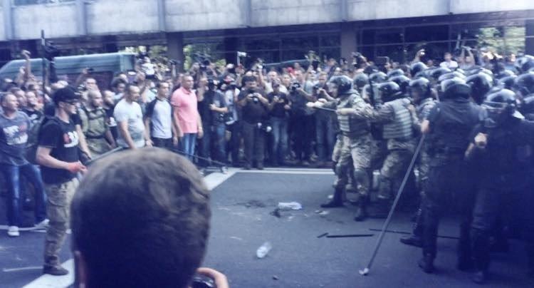 Внаслідок масових безладів у центрі столиці загинув як мінімум  1 боєць Національної Гвардії, близько 90  отримали  поранення (фото) - фото 3