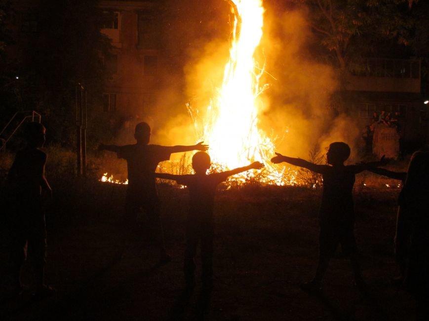 В Мариуполе простились с летом 7 метровым костром (ФОТО), фото-1