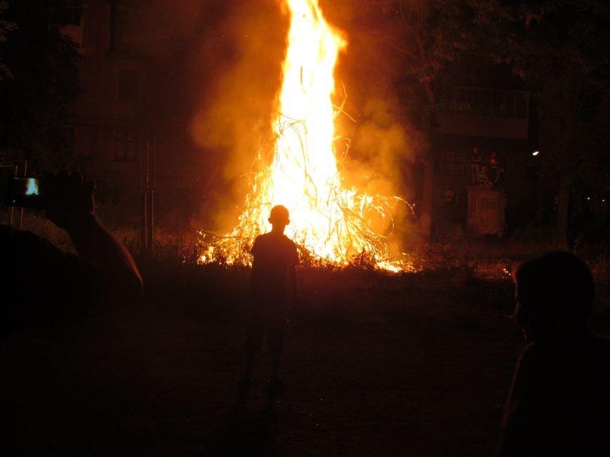 В Мариуполе простились с летом 7 метровым костром (ФОТО), фото-8
