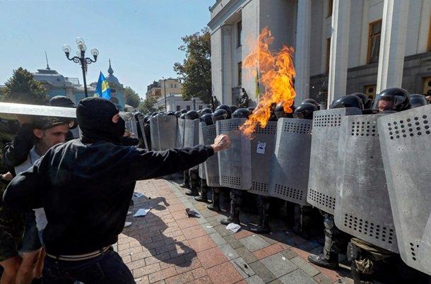 Кровавая децентрализация: на митинге ранены милиционеры, военные и гражданские (фото) - фото 2
