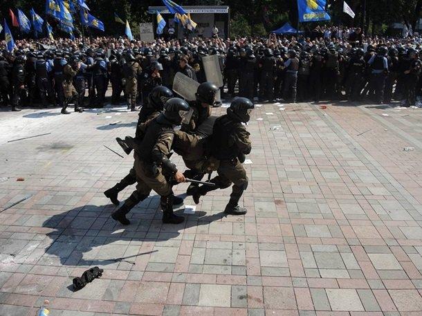 Кровавая децентрализация: на митинге ранены милиционеры, военные и гражданские (фото) - фото 1