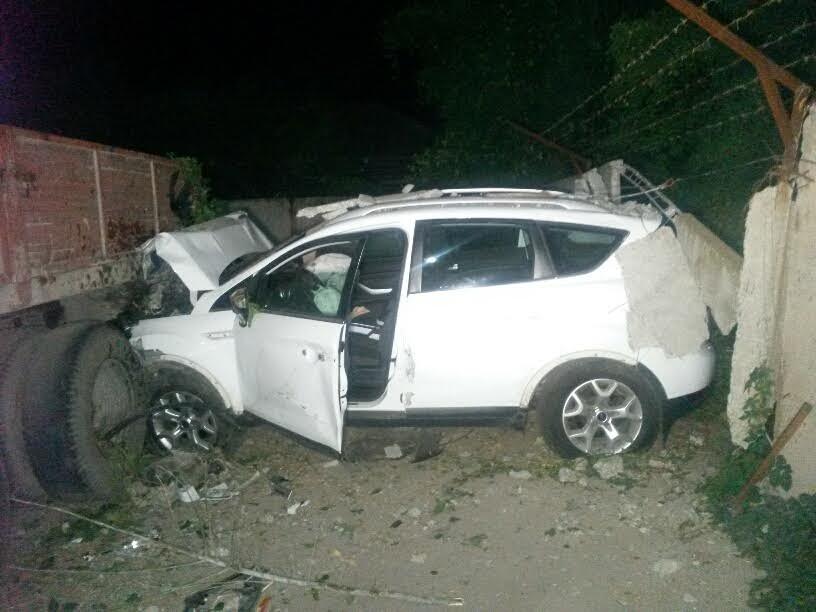 Ночью в Мариуполе иномарка повредила забор и две фуры (ФОТО) (фото) - фото 1