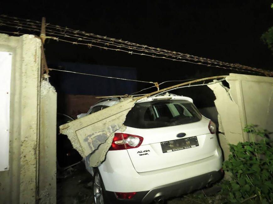 Ночью в Мариуполе иномарка повредила забор и две фуры (ФОТО) (фото) - фото 3